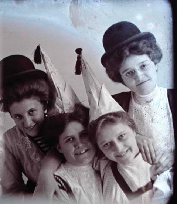 Подростки из США позируют в шляпах, 1900-е годы.