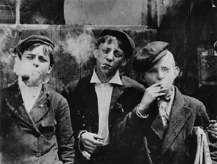 Юные газетчики во время перекура. Сент-Луис, Миссури, 1910 год.