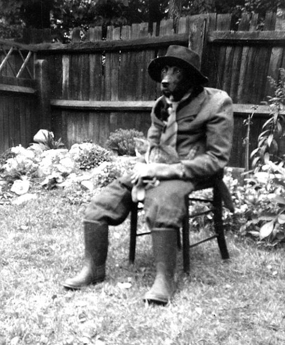 Охранник с кошкой на коленях, 1950 год.