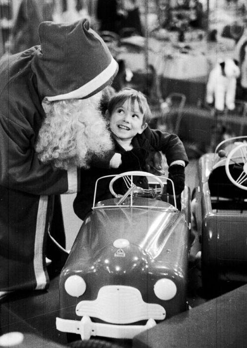 Санта, подаривший детский автомобиль.