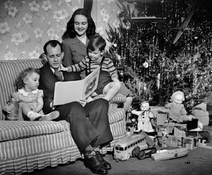 Глава семейства читает всем сказку.
