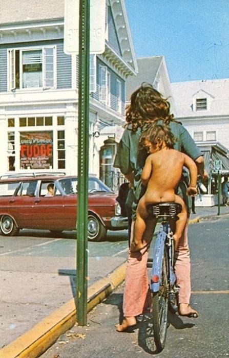 Забавный снимок Коммерческой улицы в Провинстауне на острове Кейп-Код в штате Массачусетс.