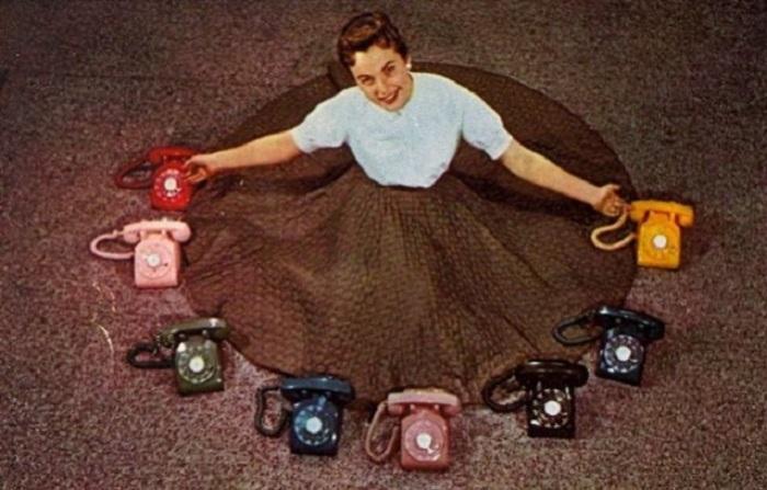 Рекламная открытка телефонной компании «Illinois Bell», предлагающая широкий выбор цветовой гаммы для телефонов.
