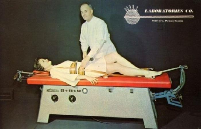 Рекламная открытка компании «Hill Laboratories Co.», специализирующейся на производстве физиотерапевтических столов и оборудования.