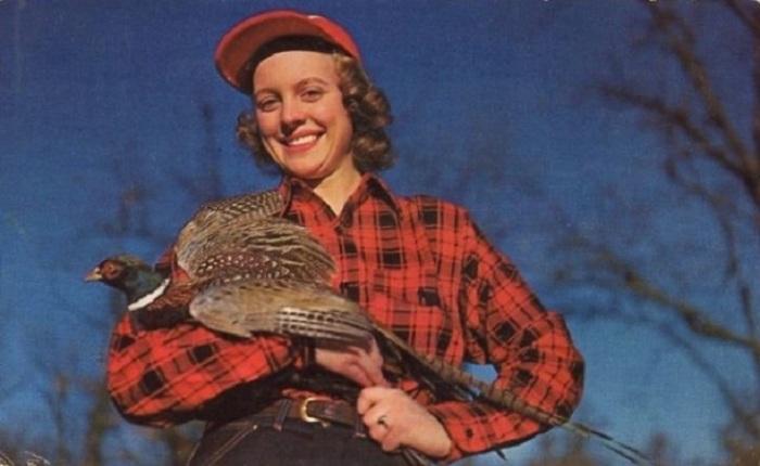 Южная Дакота среди охотников известна как «Фазанья столица мира», что якобы демонстрирует девушка с живой птицей в руках.