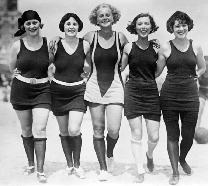 Модели в купальных костюмах, которые закрывают большую часть тела.