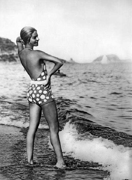 Девушка в купальнике с открытой спиной.