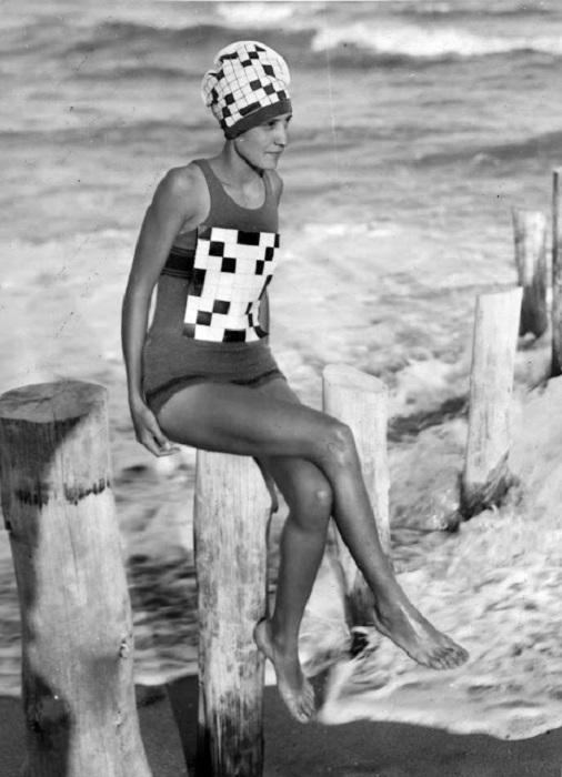Женщина в купальном костюме с добавлением рисунка или орнамента.