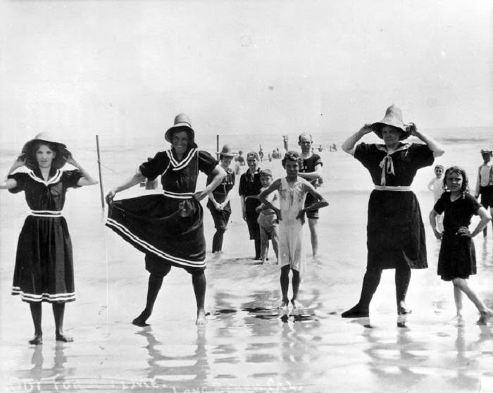 Молодые женщины и дети демонстрируют купальные костюмы начала 19 столетия.