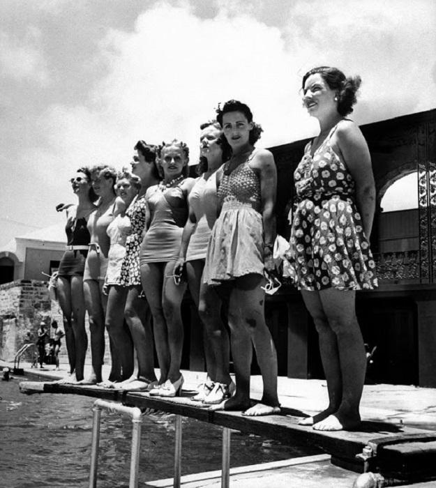 Девушки в разных моделях купальных костюмах.