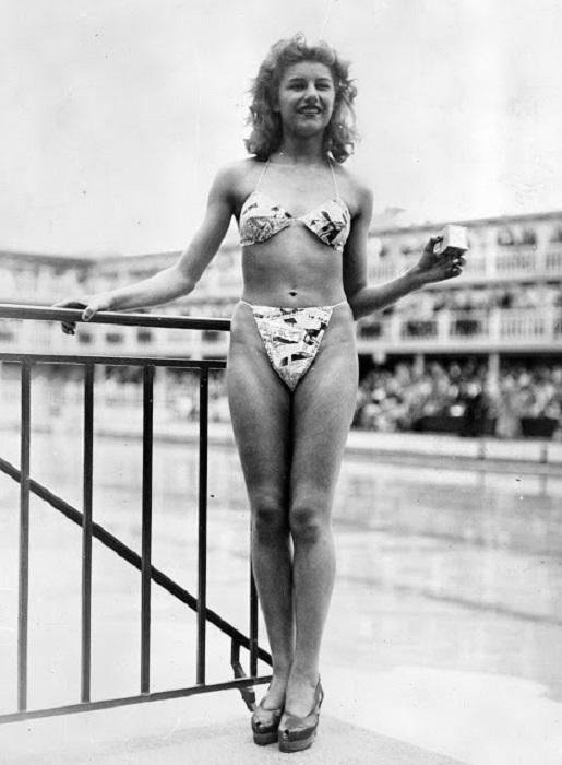 Девушка в откровенном купальном костюме.