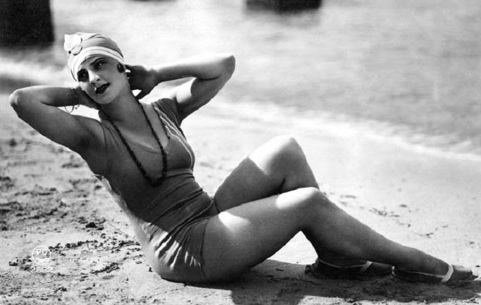 Девушка в оригинальном купальнике позирует перед фотографом.