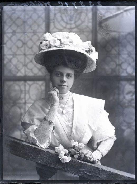 Дама в соломенной шляпке с розами.