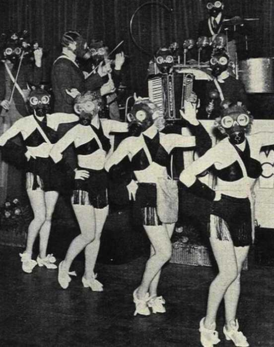 Неординарные костюмы  оркестра и девушек были окрасой вечеринки.