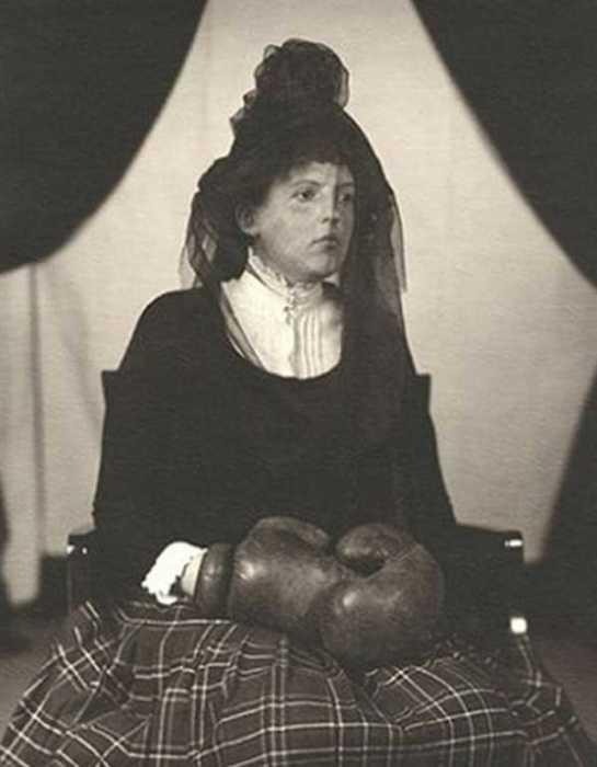 Снимок вдовы под черной вуалью в боксерских перчатках.