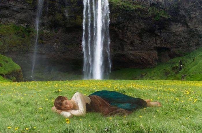 Для коллажа использована картина «Лежащая девушка» французского живописца Адольфа Вильяма Бугро (William-Adolphe Bouguereau).