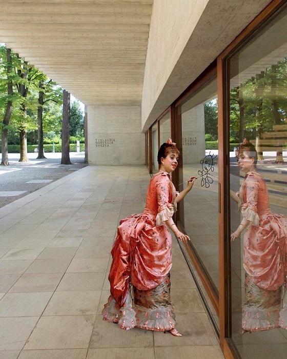 Для коллажа использована картина «Модель проказничает» испанского художника Раймундо Мадрасо (Raimundo Madrazo).