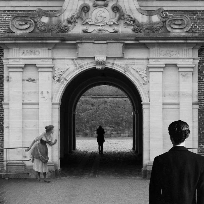 Для коллажа использованы картины «Подглядывающая» Эжена де Блааса (Eugene de Blaas) и «Репродуцирование запрещено» сюрреалиста Рене Магритта (Rene Magritte).