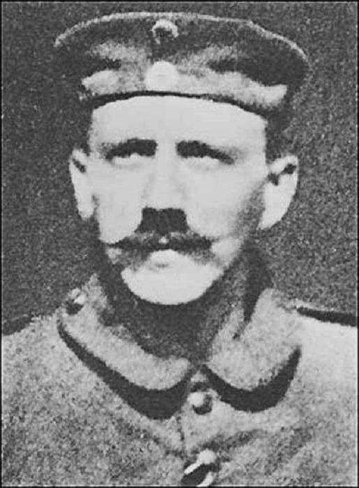 Пышные усы солдату немецкой армии Адольфу Гитлеру пришлось сбить до «зубной щетки», чтобы он мог надевать защитную маску.