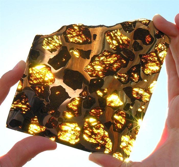 Тонкие срезы метеорита дают эффект витража, когда солнечные лучи проходят через него.