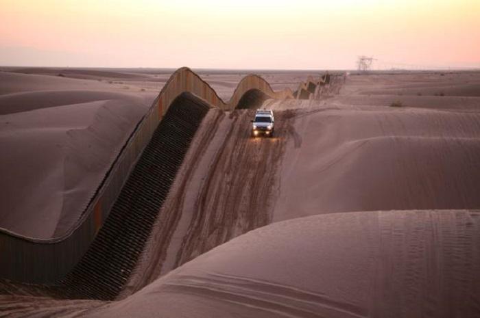 Извилистое ограждение в песчаных дюнах.