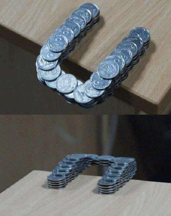 Монеты, сложенные в стопку особым образом, позволяющим им удерживаться вместе даже за пределами стола.
