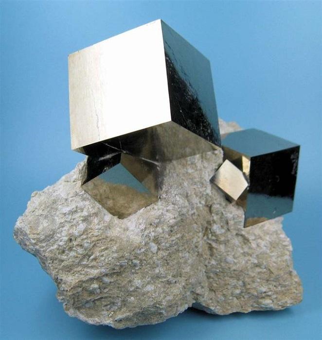 Кристаллы пирита в форме идеального куба.