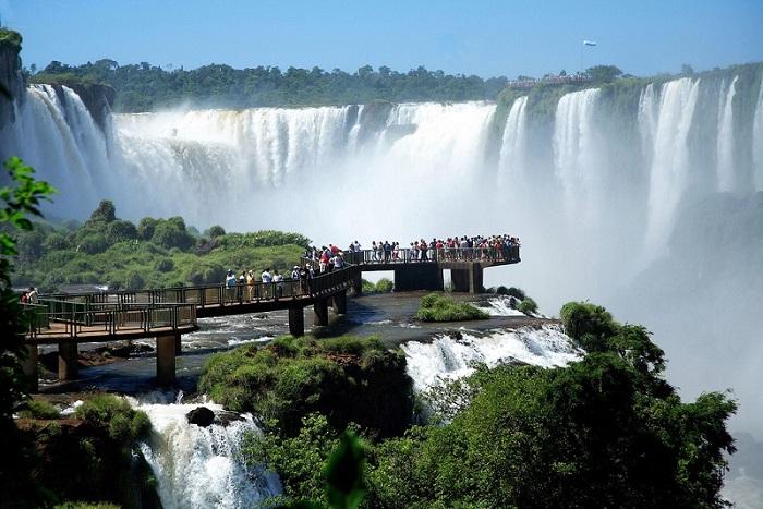 Комплекс из 275 водопадов на реке Игуасу.