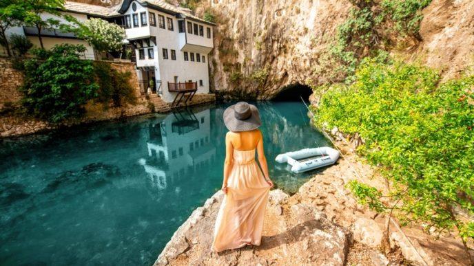 В живописном месте у скал с красивыми водными каскадами располагается бывшая молельня дервишей.