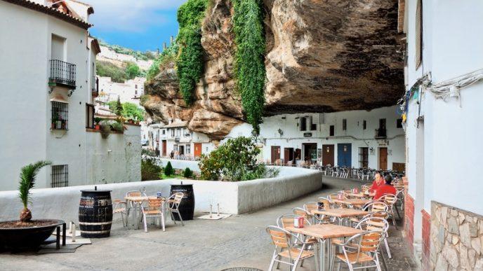 Необычный город стал известен благодаря тому, что нарядные белые дома буквально встроены в базальтовые скалы.