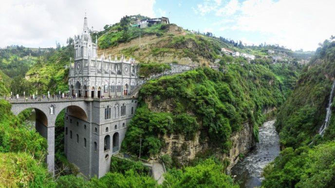 Неоготическая церковь, возвышающаяся над рекой Гуаитара, служит обрамлением для наскальной иконы «Senora de las Lajas» и является самой посещаемой в Колумбии.