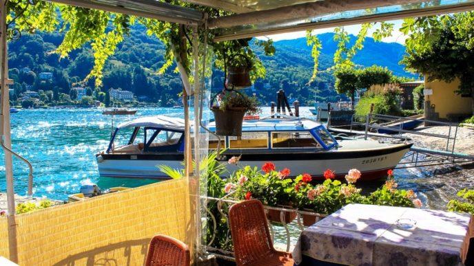 Всю территорию острова занимает дворец Борромео и прилегающий к нему сад с фонтанами, статуями и экзотическими растениями.