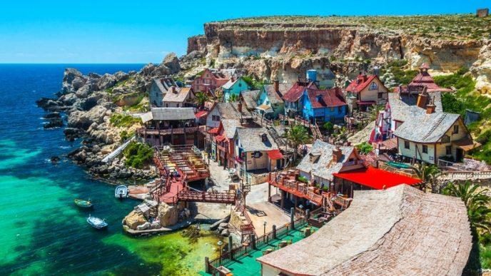Сказочный поселок, который был построен для съёмок мюзикла «Попай», является полноценным комплексом развлечений с аттракционами, игровыми залам и музеем.
