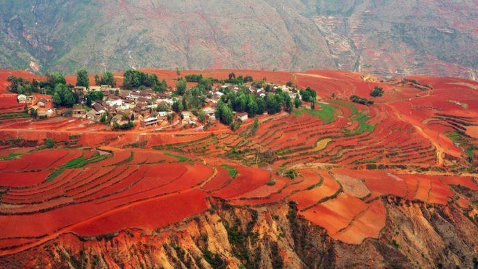 Красный цвет грунта возникает здесь из-за окисей железа и некоторых других видов металла, что создает необычные причудливые рисунки.