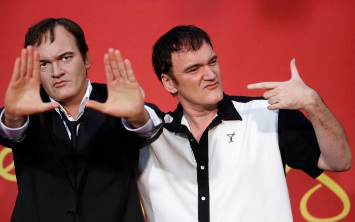 Известный американский сценарист и кинорежиссер позирует на церемонии открытия посвященной ему восковой фигуры.