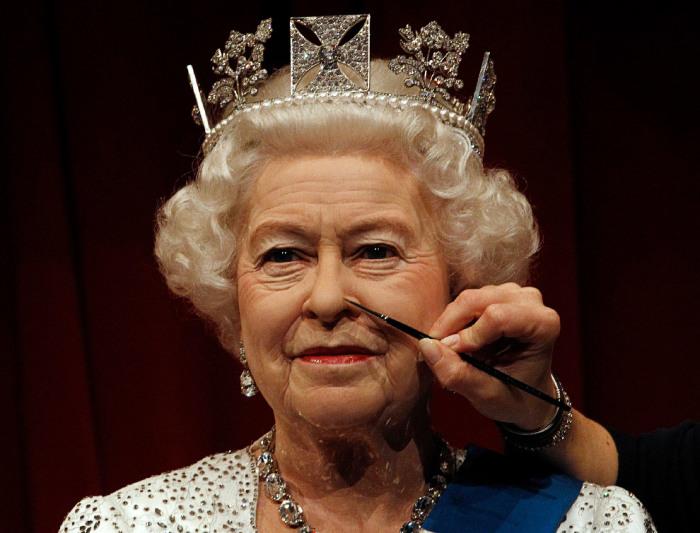 Последние штрихи, завершающие создание восковой копии правящей королевы Великобритании для музея мадам Тюссо.