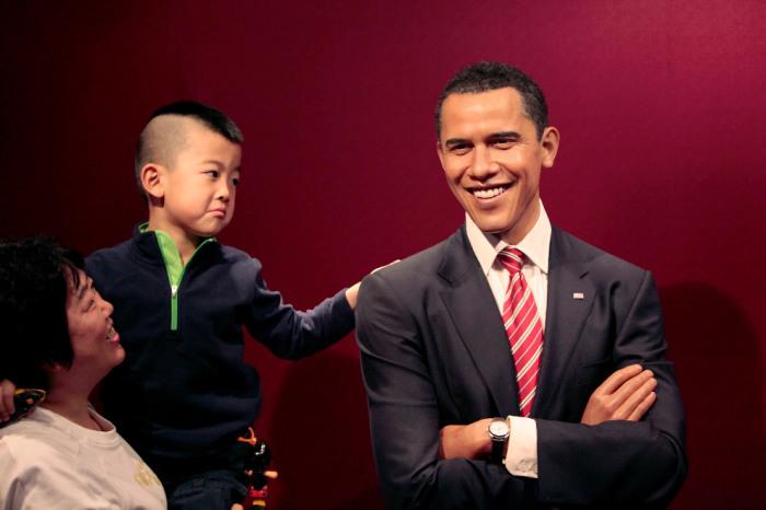 Восковая фигура 44-го американского президента всегда улыбается, поэтому весьма популярна у посетителей музея.