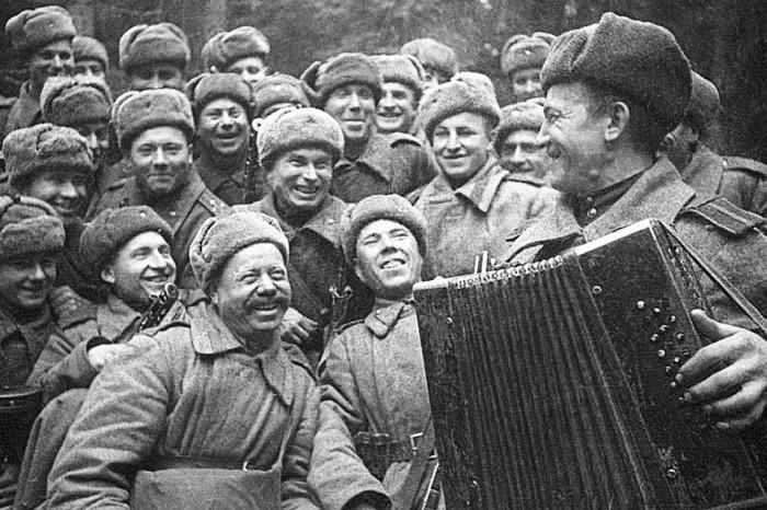Советские солдаты слушают игру на баяне своего товарища, 1943 год.