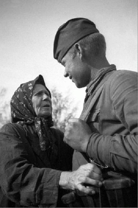 Мать встречает сына, Украина, 1943 год.