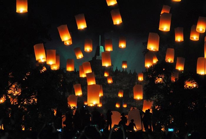 Запуск зажженных фонариков желаний у храма Боробудур.