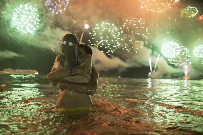 Влюбленная пара встречает Новый год на пляже Копакабана.