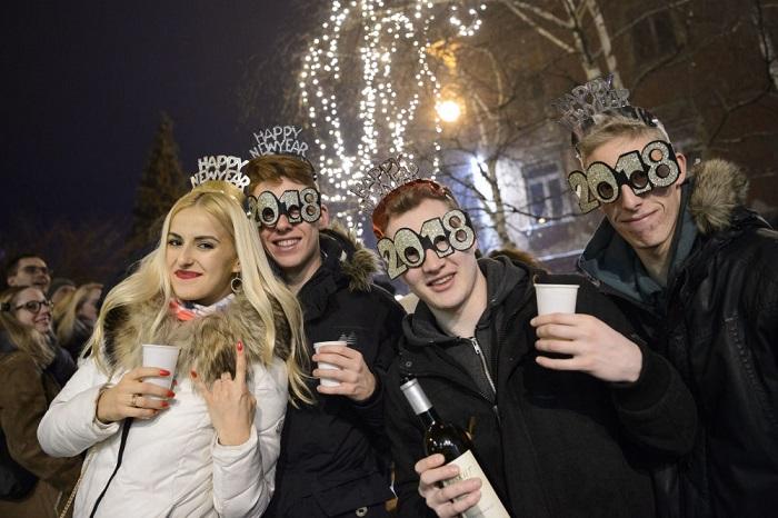 Массовое празднование Нового года на улицах города.