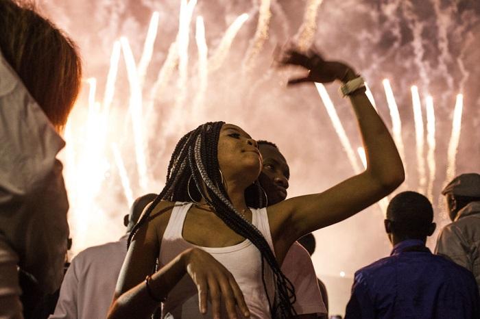 Жители Южно-Африканской Республики также встретили Новый год под музыку и грохот праздничных фейерверков.