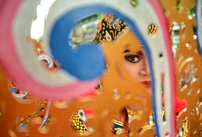 Участница культурного фестиваля в сценическом костюме во время празднования Нового года.