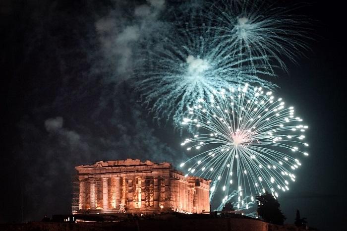 Взрывающийся над Афинским Акрополем яркий фейерверк в честь наступившего Нового года.