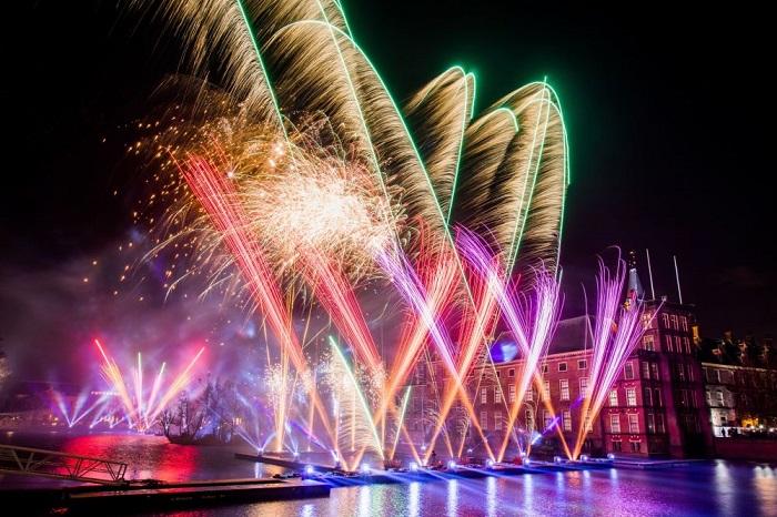 Встреча Нового года с шоу фейерверков возле Бинненхофа.