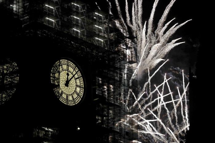 Фейерверки в честь празднования Нового года, запущенные возле Башни Елизаветы.