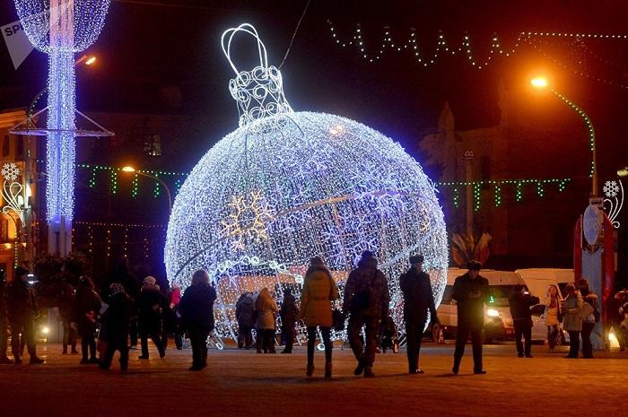 Праздничные новогодние инсталляции на улице города.