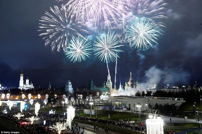 Праздничный новогодний фейерверк в ночном небе столицы России.