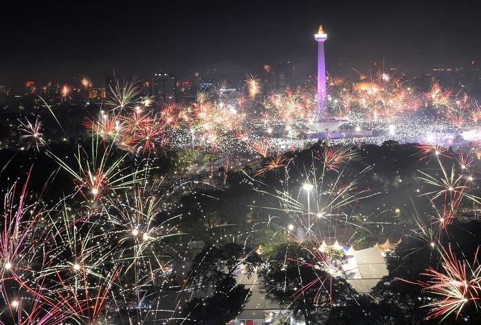 Многочисленные новогодние фейерверки в столице Индонезии.
